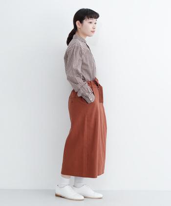 こっくりとしたブラウンのシャツは、一枚で秋冬の装いに。同系色のスカートにインすれば、ナチュラルなアースカラーコーデの完成です。