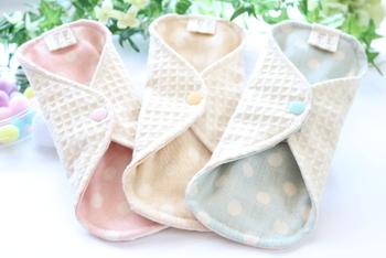 繰り返し洗うことを考えて作られている布ナプキンは耐久性が高いものが多く、5年程度もつといわれています。つけ心地が悪くなってきたり、表面が固くなって来たと感じたら新しいものに変えてみてください。