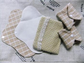 まず用意したいのは替えの布ナプキンやパッド。そしてハンカチ。羽根付きの布ナプキンはくるんと巻き込んで、羽部分に付いたスナップで固定すれば、コンパクトに持ち歩けます。