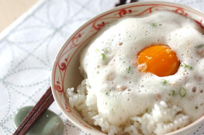 ご飯、納豆、卵、刻んだネギだけで作れる見た目も不思議で美味しそうな「フワフワ納豆ご飯」。フワフワの正体はよく泡立てた卵白。泡立てた卵白に納豆を混ぜる際に泡をつぶさないように気をつけるだけで、子供も喜びそうなシンプルで簡単な丼物を作れます♪