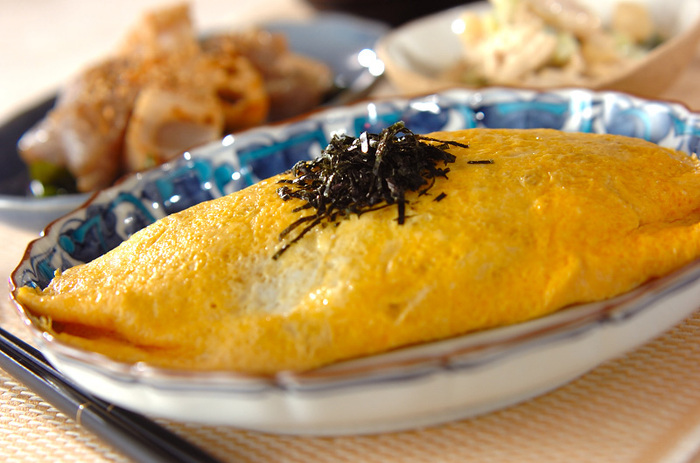 卵やしらす干しと相性の良い納豆は、オムライスに入れても◎。納豆、しらす干し、ショウガ、にんじんが入ったご飯を炒め、半熟卵で包んだオムライス。オムライスというと洋食のイメージですが、和風のオムライスも覚えておくと、様々な年代の集まりに使えるかも。