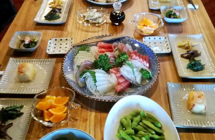 """趣向を凝らしたお食事プランも魅力的で、「自炊プラン」「出張シェフプラン」そして、「おばあちゃんの台所」があります。  一押しは""""地元の人々との交流""""に重きを置いた「おばあちゃんの台所」。これは、おばあちゃんが宿に来て、地元食材をたっぷり使ったお食事を用意してくださるという、まさしくおばあちゃんの家に来た気分になれるプランなんです・・!  素材の旬や、調理するおばあちゃんによって献立が変わるのもここならではの醍醐味です。"""
