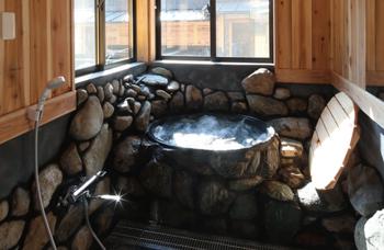 さらにお風呂を覗くと、通常の浴槽のほか、五右衛門風呂、岩風呂も!  「五右衛門風呂」は本来は鉄の釜の下から直接薪で沸かすものなので、「やけどしたらどうしよう・・」と不安になりますが、心配ご無用。こちらは、給湯するだけのスタイルにリフォーム済みです。  とはいえ、底板を踏み沈めて入るのはそのままですよ♪