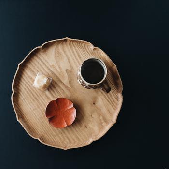 シックな色合いが美しい四つ葉を象った豆皿です。ちょっとしたお菓子をのせたり、コーヒーシュガーをアレンジするのも素敵。カトラリーレストとしても使える大きさがいいですね。