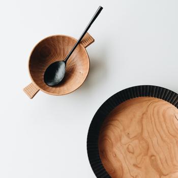 静岡県の浜松市で木工製品を製作されている湯浅ロベルト淳さんのスプーンです。ヤマザクラを使った細い柄が特徴的でとても美しいですね。こだわりを持って選んだカトラリーは、一生ものになりそうです。