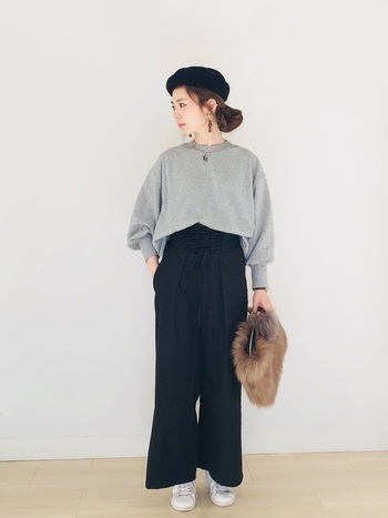 秋冬の人気アイテムでもあるファー素材のバッグ。ブラックパンツとなら、ファーの存在感がアップするので、華やかな印象のスタイリングにまとまります。