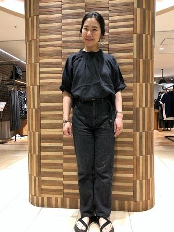 ブラックのジーンズは、オールブラックのコーデにも使えます。春夏は、トップスに軽やかな素材のブラウスやサンダルを合わせることで、スッキリと爽やかなコーデに仕上がります。