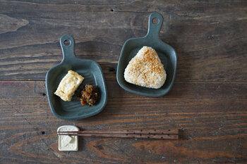 グリル模様が刻み込まれたグリルパン皿。小さなグリルパン皿には焼き物がよく似合います。瑞々しいフルーツをのせると意外性があって面白いですね。