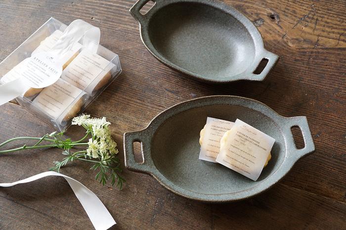 小さな両手鍋をモチーフにして作られたこちらの鉢は、アツアツのお料理はもちろん、お洒落なお菓子を飾っても素敵です。ざらりとした質感につるりとしたペーパーを一枚敷きこんで、コーディネートするのもいいですね。