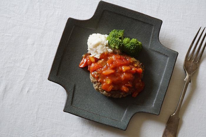 益子焼のクロスのプレートはカッコよさと優しげな印象の両方を携えた美しい器です。ゆるく立ち上がりがついているので、メイン料理のソースもこぼれてしまうことはありません。