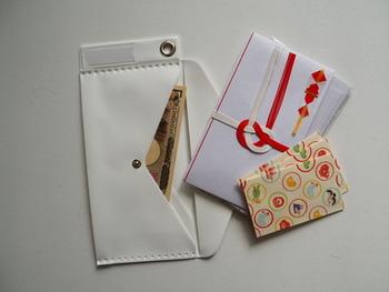 ご祝儀袋のマナーについても少し紹介します。 ご祝儀袋の表書きの書き方も、水引の種類はお引っ越し祝いの場合は「蝶結び」、結婚祝いを兼ねている場合は「結び切り」と「のし紙」と同様にします。  ・お金は新札を用意しましょう。この日のために用意しました」という気待ちを表すためという理由も含まれているので、お祝いの時は全て新札を用いるのがマナーです。 ・水引をていねいに外し、外の包みを開けます。 ・中袋の表に金額を、裏面に自分の住所と名前を書きます 。 ・お札の肖像画(顔)が表になるように、中袋にお札を入れます。 ・中袋の表と、外包みの表を合わせて包みます。  ・外包みを折る際は、運が上がるようにという願いを込めて、折り返す下の部分を上の部分に重ねます。
