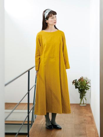 鮮やかなマスタードカラーは、この秋注目の色。 セットインにしてすっきりとさせた肩まわりと、ウエストで切り替えてフレアを入れたスカート部がとてもきれいなAラインシルエットを生み出しています。 一枚で潔く着たり、重ね着で差し色的に見せたりと、着こなしの幅は意外と広そうです。