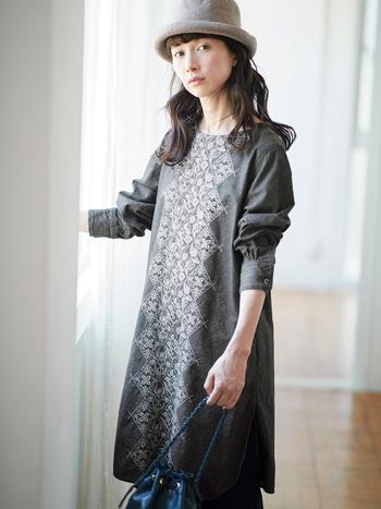 前身頃にジャカード織りを施したワンピチュニック。織り出された柄はヨーロッパのアンティークタイルを参考にしたオリジナルのボタニカル柄で、上品でクラシカルな雰囲気が漂います。 裾には深めのサイドスリットが入り、ボトムスとのレイヤード映えもばっちり。