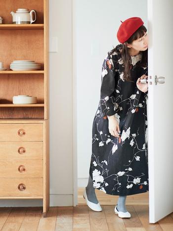 """どこか心安らぐ気持ちになる「和」の雰囲気を大切にした「味わいのあるシリーズ」からは、日本に自生する""""カラスウリ""""をモチーフにしたオリジナル図案のプリントが登場。 ワンピ全体に広がる柄はモノトーンで描かれているので着やすく、ところどころにある真っ赤な実がアクセントになっています。 袖が少し短いシルエットも、どことなく「和」を感じさせるバランス。"""