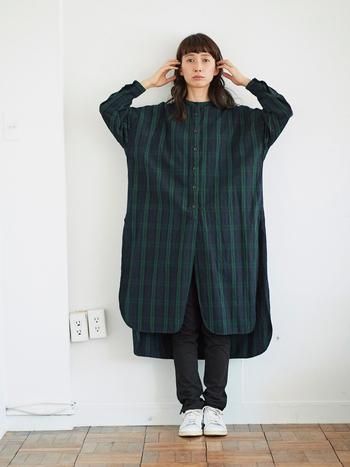 ワンピース見えする超ロングシャツは新鮮味のある面白いアイテム。ワイドなゆったりシルエットも特徴的です。 サイドのとても深いスリットは、パンツのポケットに手を入れられてさりげなく便利。ベーシック感のある落ち着いたチェック柄は合わせるアイテムを選ばず、着回し力も十分です。