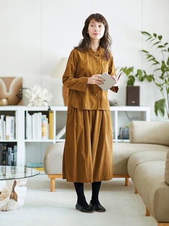 秋らしいカラーの細コーデュロイを使ったセットアップはとってもお得なアイテム! ボタンまで共布でくるんだシャツと、スカートのようなシルエットのキュロットは上下で着ればワンピ風に。そして、どちらも単品使いに重宝するアイテムなので、着回し力は抜群です。