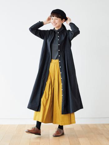 コートのような後ろ姿と、しっかりとした生地感で、羽織としても着られるのが嬉しい。秋口や春先のアウターにちょうどよさそうです。