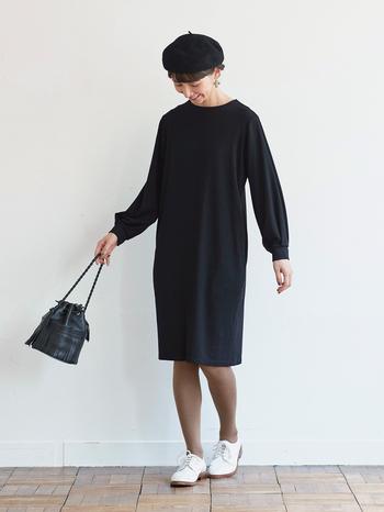 """日本のものづくりの匠と組んで作られる「和モノづくりシリーズ」からは、オケージョンにも着ていけそうなジャージー素材のワンピースが。 光沢ととろみのある、ストレッチの利いたシワになりにくい生地を使い、シンプルでシックな仕上がりになっています。合わせるアクセサリーなどで、普段使いだけでなく""""おめかし""""シーンにも使えそう。"""