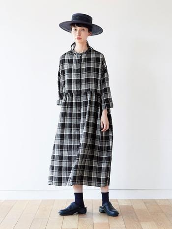 kazumiさんが、「一年のなかで秋がいちばん着たくなる」というチェック柄。毎年秋冬シーズンはチェックワンピースから着始めるそうです。 そんなチェック好きのkazumiさんが作ったモノトーンチェックワンピは、綿麻の混紡糸を甘く織り上げたあとにふっくらと仕上げた『シャトルノーツ』こだわりの生地をふんだんに使った贅沢な一着。 しかし、着回し力もしっかり備えているようです。