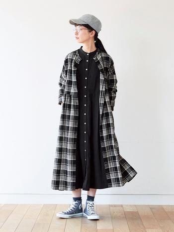 前開きタイプなので、薄手のコート代わりに羽織れる2way仕様。 さらに白・黒・グレーのグラデーションチェックにしたことで、着やせ&脚長効果も期待できるとか!いろいろなコーデに取り入れて、長いシーズンたくさん着回したいですね。