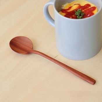 シンプルな木のスプーンは、さじ部分が浅いのでお皿やカップに最後に残ったお料理もきれいにすくうことができます。すらりとした柄のフォルムがとてもきれいですね。