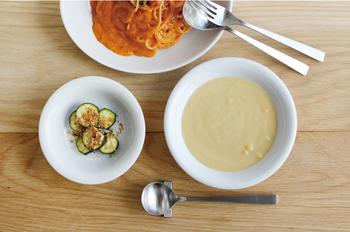 新潟県燕市で製作されている日本製のこちらのスープスプーン。丸みを帯びたフォルムで、口当たりも非常に良く、滑らかにスープをいただくことができます。重すぎず、軽すぎない。ほどよく手に馴染むマットテイストのステンレススプーンです。