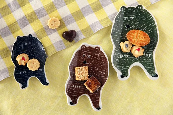 クマさんのお皿にお菓子を盛りつけると、まるでクマさんがお菓子を抱えているような姿に見えますね。つぶらな瞳にほっこりと心が温まります。