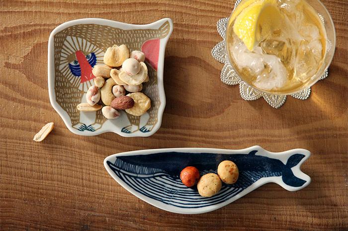 倉敷意匠と型染めユニットの「kata kata」がコラボして生まれた「切り抜き印判手皿」は動物モチーフのお皿としてとても有名になりました。ざっくりと切り抜かれたかたちにも親しみやすさがあり、どこかぬくもりを感じるものになっています。