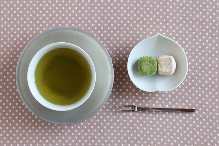 ぷっくりとした桃のかたちの白い豆皿には、お茶菓子がよく似合います。シンプルな白い器なのに、かたちが愛らしいだけで表情豊かなお皿に見えてきます。