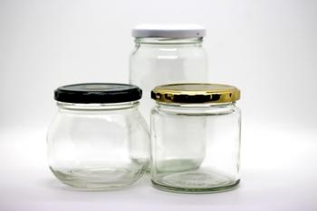 スパイスは、密閉して冷暗所に保管するのが基本です。袋で販売されているタイプのものは、乾燥した瓶などに入れ替えての保存がおすすめですが、瓶などに入って売られているものは、湿度がない場所でそのまま保管しましょう。