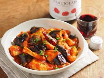 夏のお野菜ナスをアラビアータソースで仕上げた、ご飯にもワインにも合う一品。鶏むね肉を使うので、ボリュームがあってもヘルシーな嬉しいレシピです。