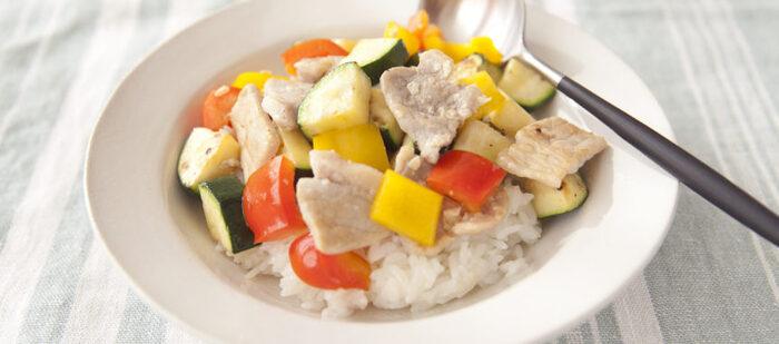 塩麴に漬け込んだ柔らかい豚肉に、お野菜たっぷり。かんずりのピリ辛さが食欲をそそります。前日に漬け込んでおけば、サッと食べられるので忙しい日のランチなどにもおすすめ。辛さはお好みで調節してくださいね。彩り豊かな夏野菜が、見た目にも美味しい一皿です。