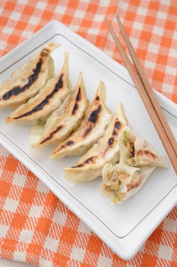 美味しそうな焼き餃子の中身は、ひき肉、白菜、ニラ、そしてレンコンとひきわり納豆。ヘルシーで美味しいく、いつもと違う味と食感にお箸が止まらなくなるかも。