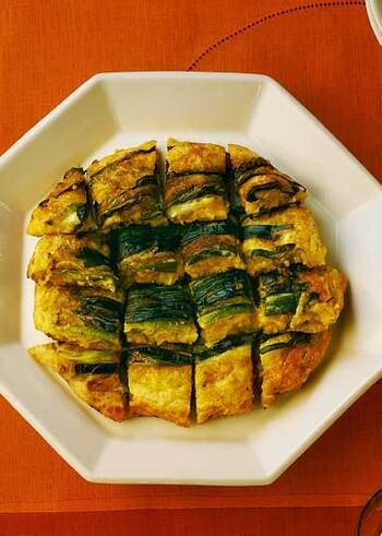 納豆と相性の良いキムチ、ニラ、ひきわり納豆と市販のお好み焼きの粉で作る「キムチ納豆チヂミ」。スタミナ満点でこれだけでお腹がいっぱいになるチヂミは、サクッとしていながらもちもちで、ふわっとした食感まで楽しめて◎。