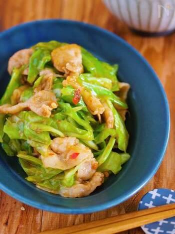 豚バラ薄切りとキャベツの2つの食材で作ることができる、手軽な回鍋肉のレシピ。包丁を使わず、調味料もオール1と覚えやすいので、さっと主菜を作りたい時に便利です。