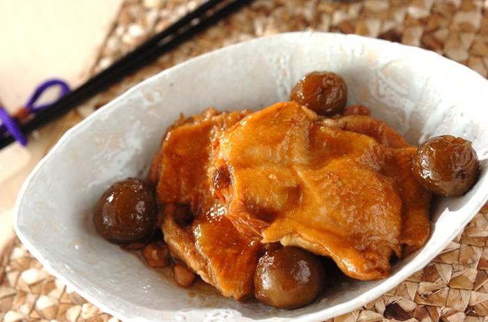 鶏もも肉に梅酒と醤油を浸み込ませることで「コクがあるのに後味がさっぱり!」という美味しさに仕上がります。梅酒の梅も一緒に煮込んで。 疲れが溜まっている日にも食欲を刺激してくれそう。