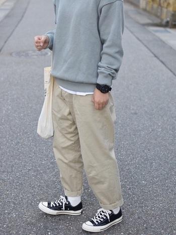 淡いブルー系のトップスから白のシャツをちらりと覗かせるのがアクセント。スニーカーで元気良く♪
