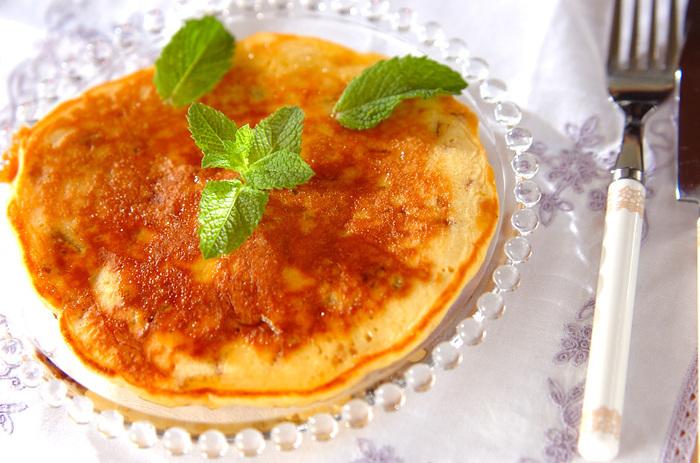 ホットケーキミックスで作るパンケーキなのですが、違いは生地にプレーンヨーグルトとレーズン、そして梅酒の梅が入っていること。 仕上げに梅酒とハチミツを合わせたソースをかけて召し上がれ♪
