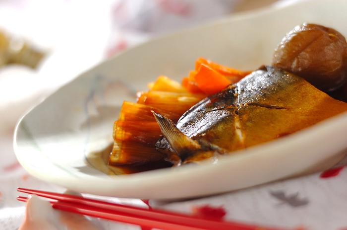 梅酒の梅は肉や魚料理に加えると臭み消しや身を柔らかくする役目を果たします。丸ごと一緒に煮込んでも良し、ペースト状にして魚や肉に塗り込んで焼いても良し。風味が増してさらにコクも出せます。  梅シロップの梅はゼリーやジャムにリメイクできます。バターやケーキ生地とも相性が良いのでクッキーやパウンドケーキの材料に加えても美味♪