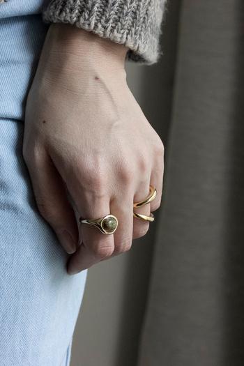 アンティークなデザインのリングですが、あえてカジュアルな装いに合わせるのも◎。シンプルなリングとの相性もいいですよ。