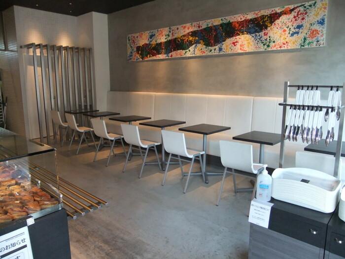 店内はスタイリッシュでおしゃれな空間になっています。ドリンクメニューもあり、焼きたてのパンと飲み物を買ってイートインスペースで食べることもできます。