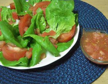 柔らかくて苦みの少ないボストンレタスは、クセのない味が魅力です。トマトを使ったフレッシュなドレッシングをかけるとトマトの甘味や酸味が引き立ちますよ。ぜひ旬のトマトを使って作りたいですね。