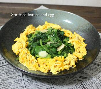 レタスを300gも使う炒めもののレシピです。レタスと卵は別で炒めて、レタスから水分が出たら適宜捨てましょう。かなりカサが減るので、大量消費したい時におすすめです。