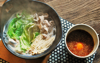 一方こちらは、タレに納豆を使った変わり種のレタス鍋レシピです。納豆ダレは豆板醤やゴマをを使ったピリ辛味。納豆は洗って入れるので粘つきは無く、卵黄も相まって濃厚な味を楽しむことができますよ。