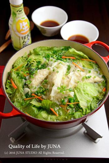 レタスを丸ごと1個使ったヘルシーな鍋レシピ。おろしポン酢が、レタスやワンタンと相性抜群!レタスは火が通りやすいので、様子を見つつ少しずつ足しましょう。煮る時間によってさまざまな食感を楽しむことができます。