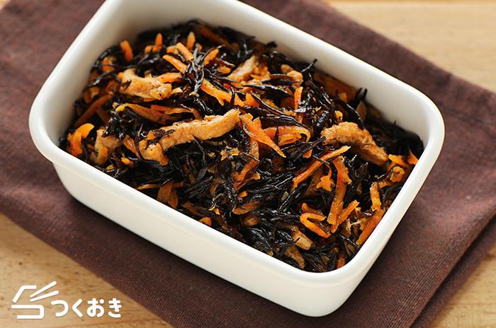ミネラルやカルシウムたっぷりの副菜の定番「ヒジキの煮物」は冷凍保存も可能です。たくさん作って小分けに冷凍してけばお弁当や副菜小鉢にぴったりです。アレンジとして、ご飯に混ぜてヒジキご飯やチャーハンに。パンにのせても◎。