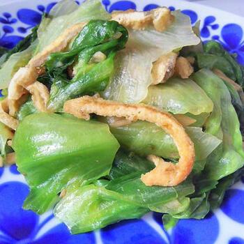 レタスの外葉を使いたいなら、炒め物がおすすめです。外葉は固めで生食には向かないので、炒めるとむしろ程よい食感を楽しむことができますよ。油揚げと炒めるこちらのにんにく炒めなら、5分でできて手軽です。