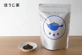 急須で淹れるお茶の魅力を実感させてくれる「すすむ屋茶店」のお茶たち。カフェインが少なめのほうじ茶は香ばしい香りと、スッキリとした味わいが魅力です。のんびりと急須を傾けて楽しみたい。