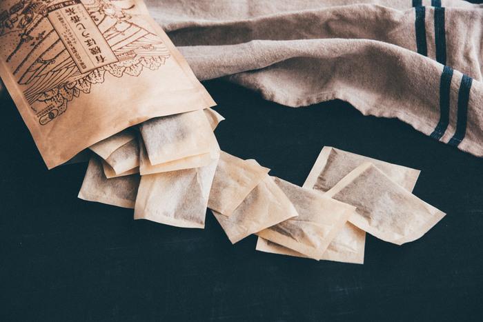 農薬や化学肥料を使わずに作られたお茶でできたほうじ番茶です。茎も葉も選別せずに丸ごと使って、一定期間熟成させた後焙煎しています。バランスの取れた味わいを、気軽なティーバッグでたっぷり楽しめる。