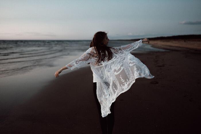 自分に厳しく完璧主義だったり、人と比べてはダメな自分に落ち込んだり。そんな自分が嫌になっているのなら、どんな自分であっても許せる「セルフコンパッション」を育むことです。「セルフコンパッション」とは、等身大の自分を見つめ、失敗や挫折に寛容になること。大切な人に対して、慈しみや思いやりをもつように、自分自身に対しても優しくしてみませんか。